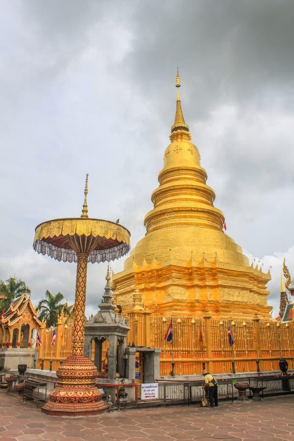 Wat Phra That Hariphunchai Pagoda thailändsk tempel i Lamphun fotografering för bildbyråer