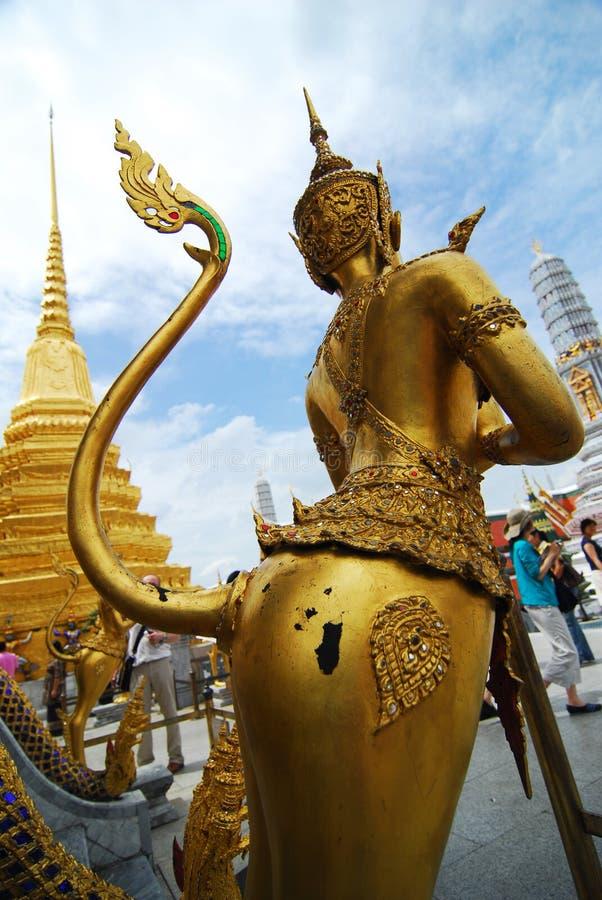 WAT PHRA KAEW BANGKOK - 30 DE JUNIO: Paseo no identificado de los turistas adentro imagen de archivo