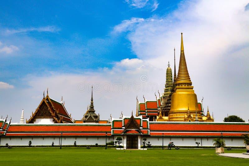 Wat Phra Kaew eller tempel av Emerald Buddha, f?rmyndarestatyer och storslagen slott som lokaliseras inom jordningen av den stors arkivfoton