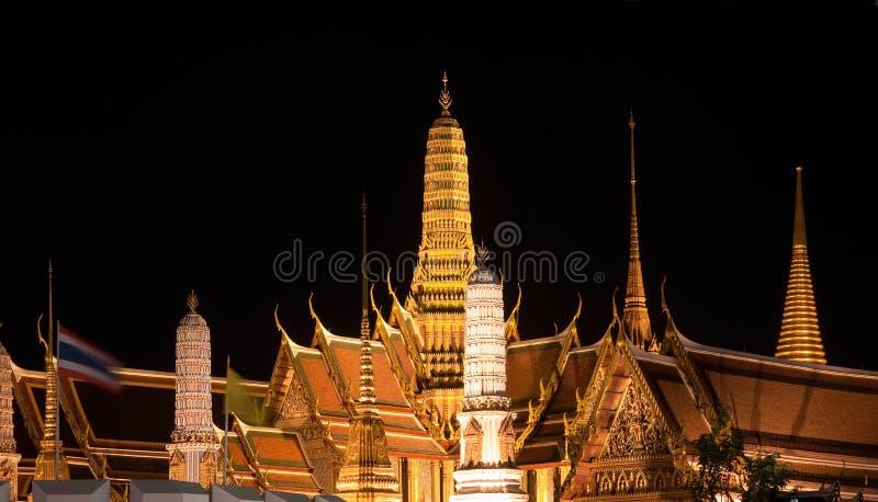 Wat Phra Kaew en Bangkok en la noche fotos de archivo libres de regalías