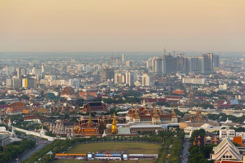 Wat Phra Kaew för storslagen slott för Bangkok Thailand tempel bästa sikt i loppet för turism för färg för morgontid det populära arkivbilder