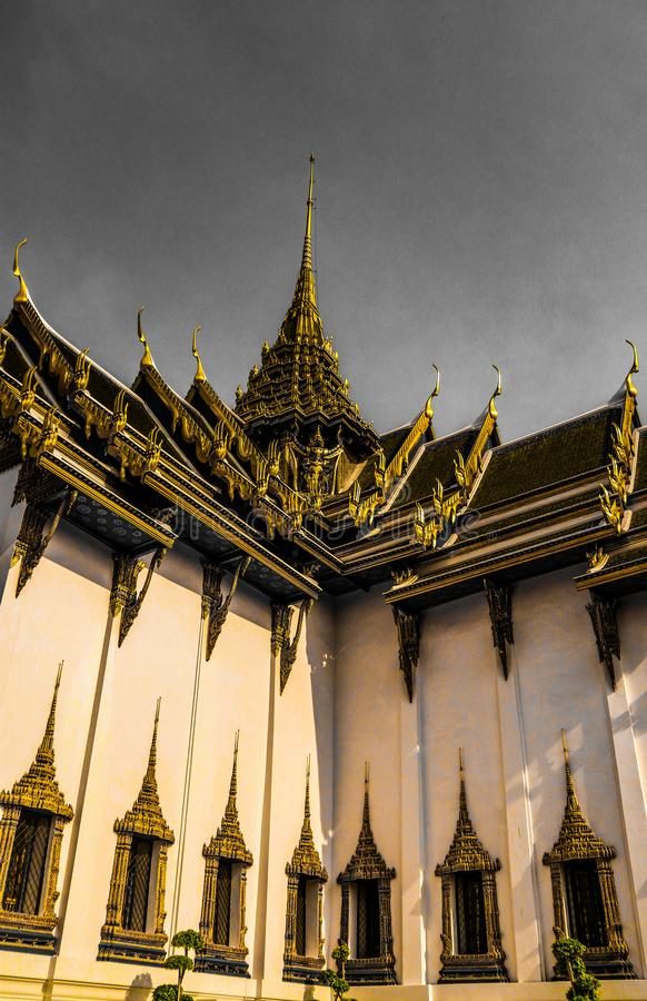 Wat Phra Kaew, gemensamt bekant p? engelska som templet av Emerald Buddha eller den storslagna slotten betraktas som mest sakral  royaltyfri foto