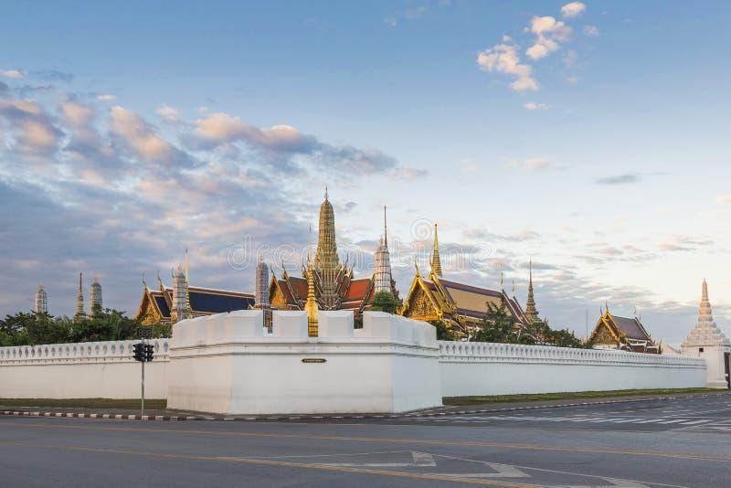 Wat Phra Kaew och storslagen slott på soluppgång, Bangkok, Thailand arkivfoton
