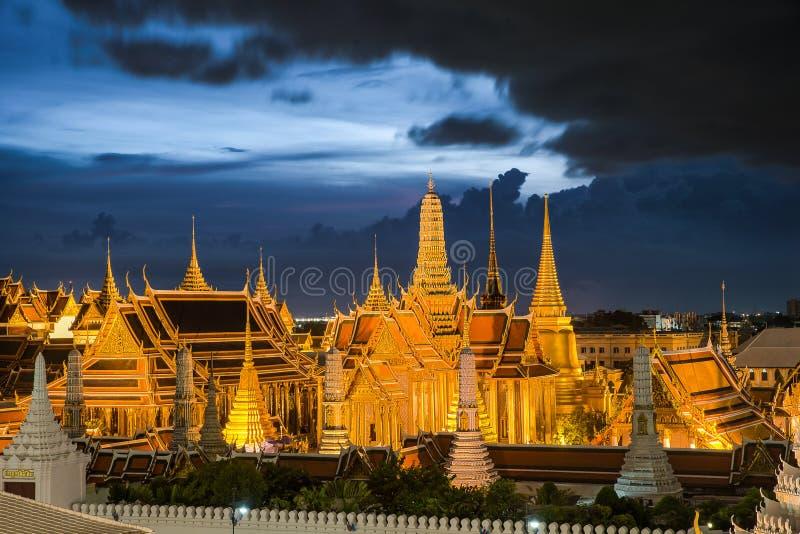 Wat Phra Kaew tempel av Emerald Buddha, storslagen slott på twil royaltyfri foto