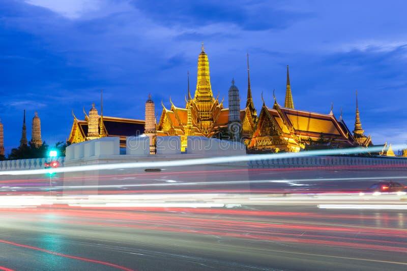 Wat Phra Kaew (Tempel von Emerald Buddha) und großartiger Palast nachts stockfotos