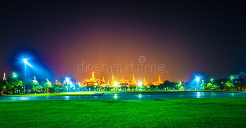 Wat Phra Kaew, temple d'Emerald Buddha, palais grand au crépuscule à Bangkok, Thaïlande photo stock