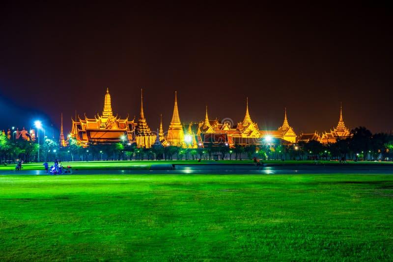 Wat Phra Kaew, temple d'Emerald Buddha, palais grand au crépuscule à Bangkok, Thaïlande photo libre de droits