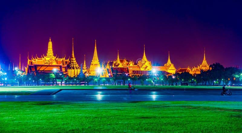 Wat Phra Kaew, temple d'Emerald Buddha, palais grand au crépuscule à Bangkok, Thaïlande image stock