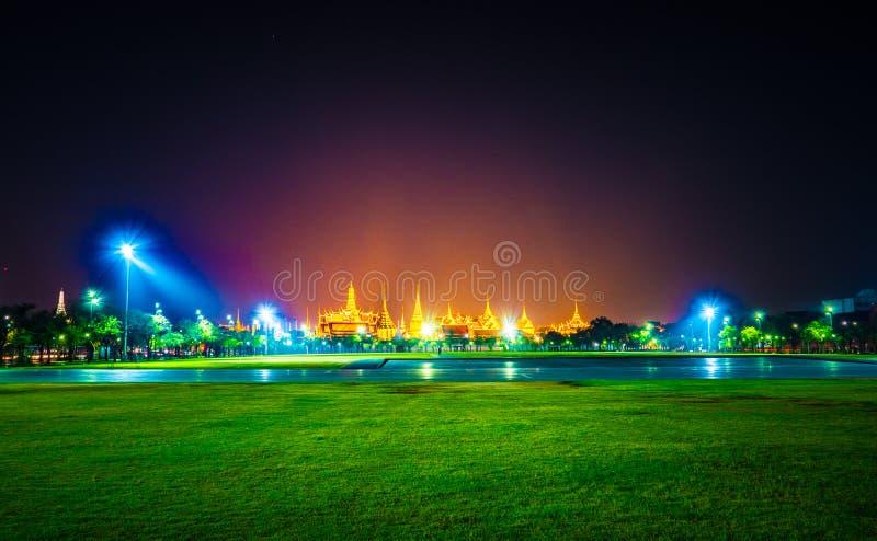 Wat Phra Kaew, temple d'Emerald Buddha, palais grand au crépuscule à Bangkok, Thaïlande photographie stock libre de droits