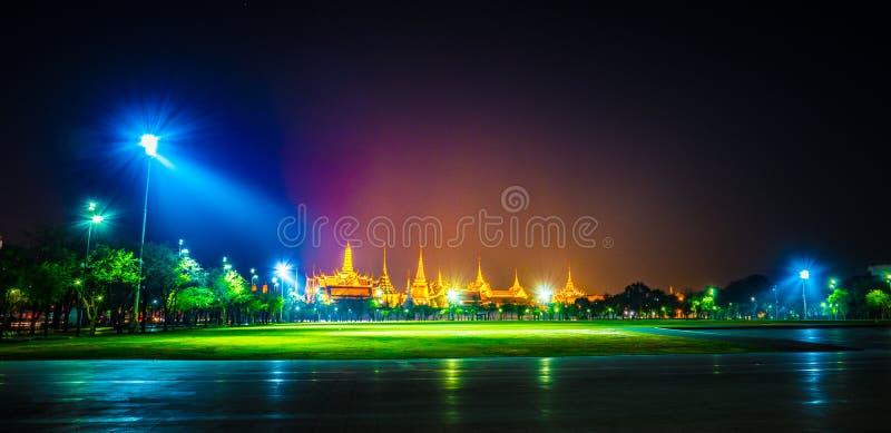 Wat Phra Kaew, temple d'Emerald Buddha, palais grand au crépuscule à Bangkok, Thaïlande photos stock