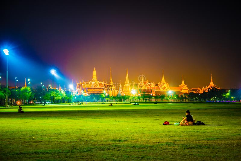 Wat Phra Kaew, temple d'Emerald Buddha, palais grand au crépuscule à Bangkok, Thaïlande image libre de droits