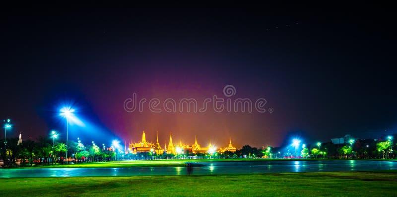 Wat Phra Kaew, temple d'Emerald Buddha, palais grand au crépuscule à Bangkok, Thaïlande images libres de droits