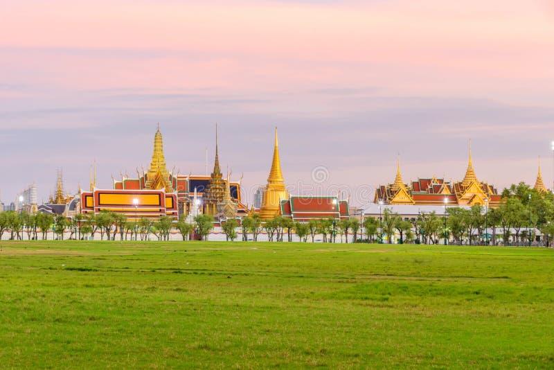 Wat Phra Keaw Public gränsmärke av Thailand i solnedgångtid royaltyfria bilder