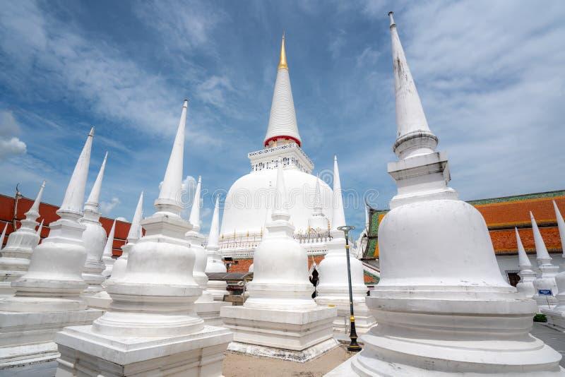 Wat Phra Mahathat Woramahawihan con el cielo agradable en Nakhon Si Thammarat en Tailandia fotos de archivo libres de regalías