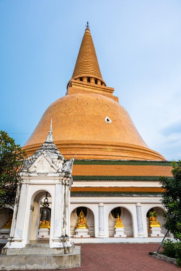 Wat Phra Pathom Chedi no céu azul, Tailândia Stupas dourados fotografia de stock
