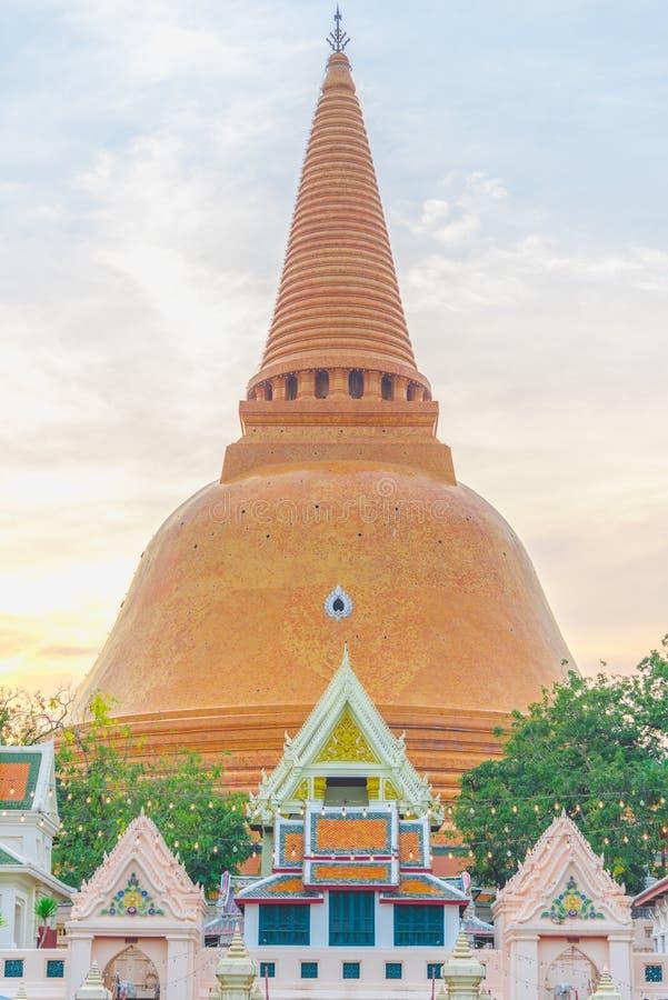 Wat Phra Pathom Chedi tempel i Nakhon Pathom royaltyfria bilder