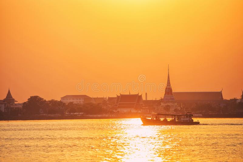 Wat Phra Samut Chedi en el río Chao Phraya en la puesta del sol en Samu foto de archivo