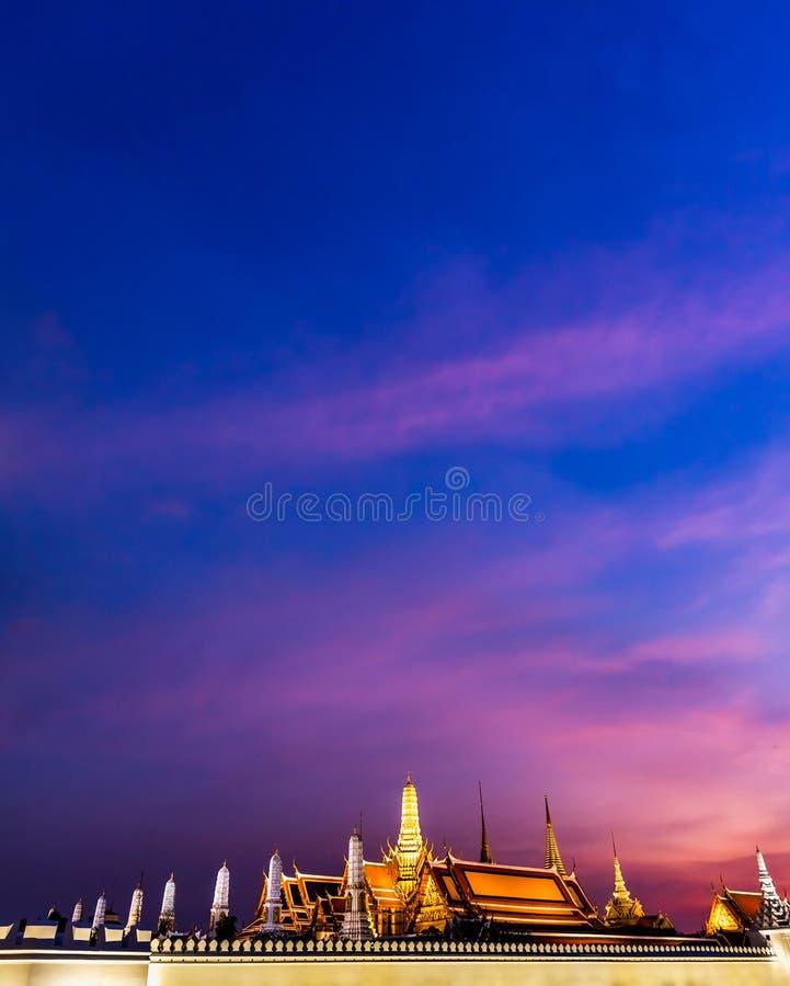 Wat Phra Si Rattana Satsadaram p? skymningtid royaltyfri bild