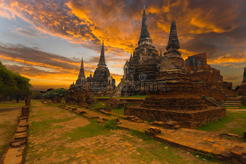Wat Phra Si Sanphet Temple-Zonsondergang Ayutthaya stock foto's