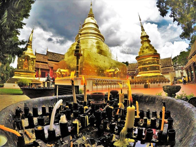 Wat Phra Singh är en turist- tempel i den forntida staden av Chiang Mai royaltyfria foton