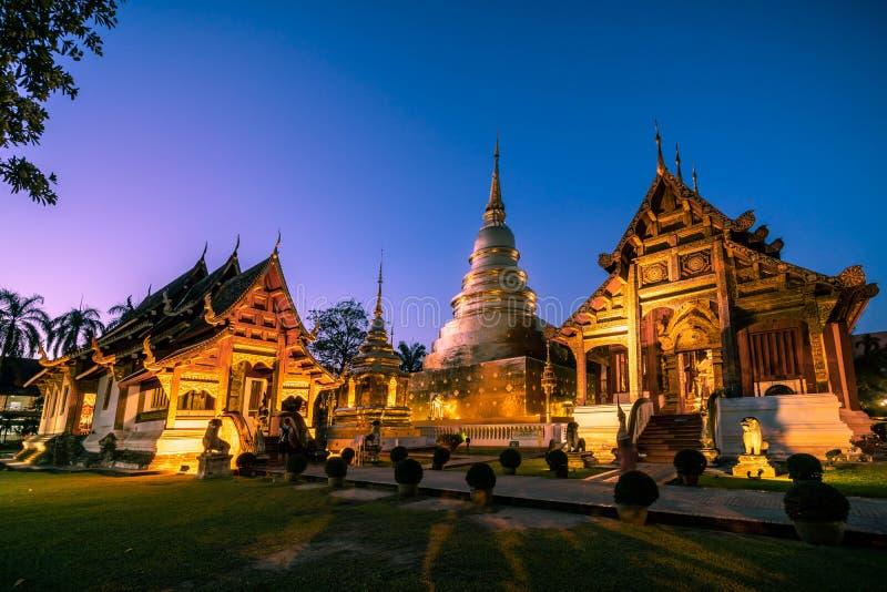 Wat Phra Singh durante o céu crepuscular fotos de stock