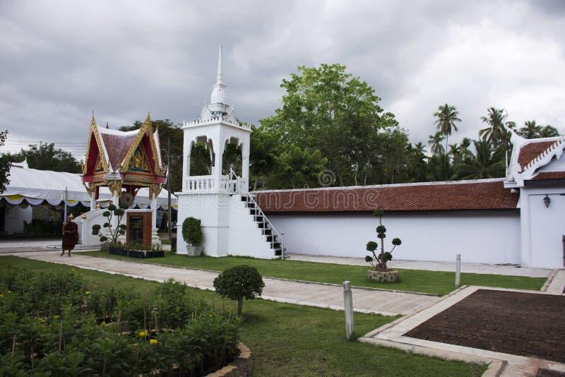 Wat phra som sawitempel i Chumphon, Thailand, medan regna stormen arkivbild