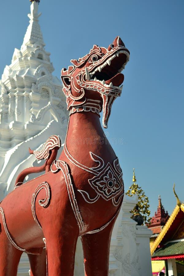 Wat Phra Tart Hariphunchai Worra Mahawiharn (stora thailändska Singh 1) royaltyfria bilder