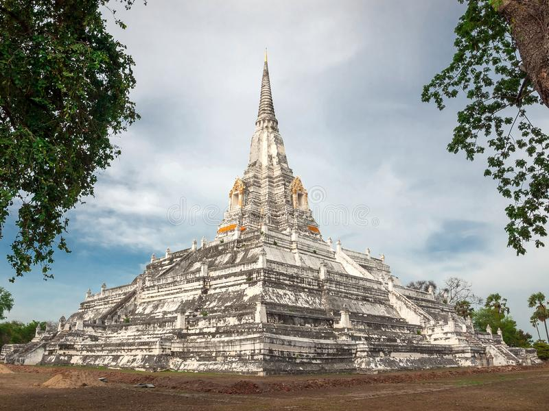 Wat Phu Khao Thong, templo budista na província de Ayutthaya Tailândia foto de stock
