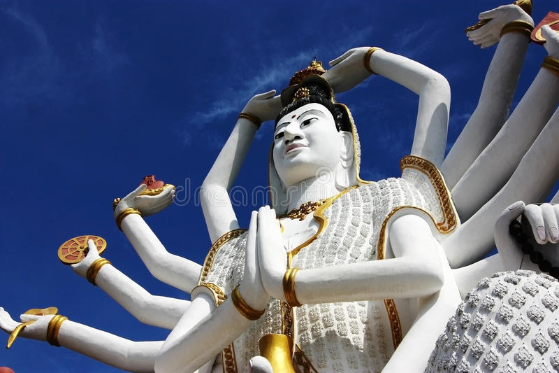 Wat Plai Laem, cielo blu, Buddha, Koh Samui, vista dal basso fotografie stock