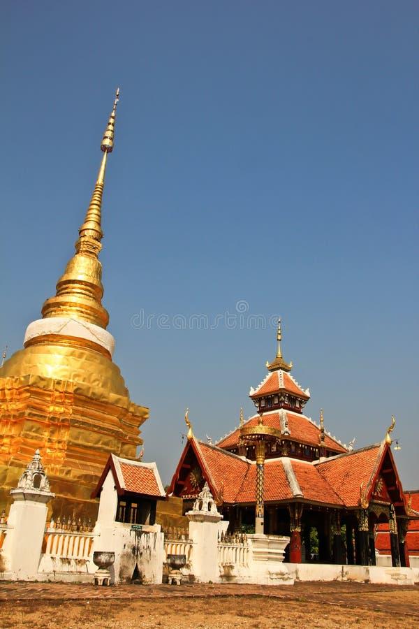 Wat Pong Sanook mit bluesky Hintergrund, Thailand lizenzfreies stockbild