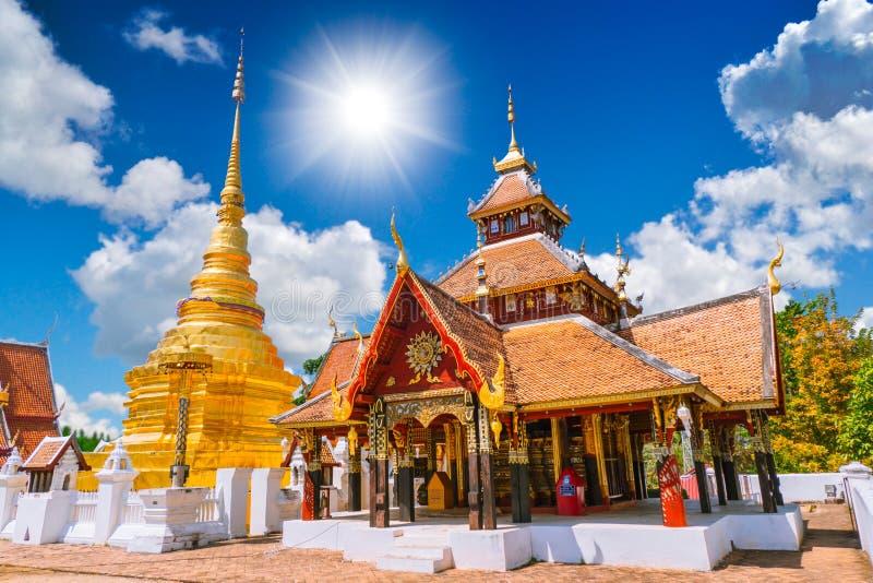 Wat Pong Sanuk Temple em Lampang Lanna Buddhist Temple antiga bonita imagens de stock royalty free