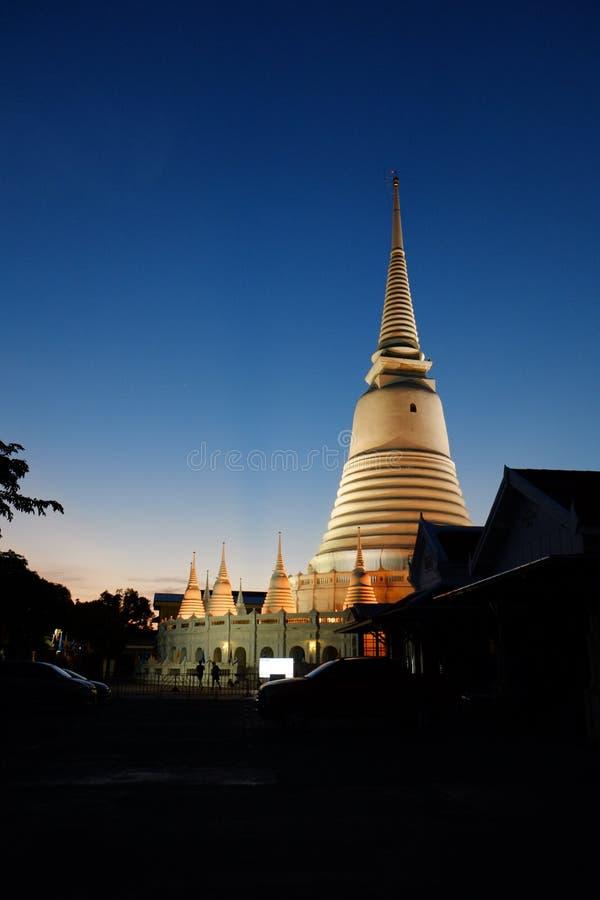 Wat Pra Yoon thailändsk guld- pagod i skymning royaltyfri fotografi