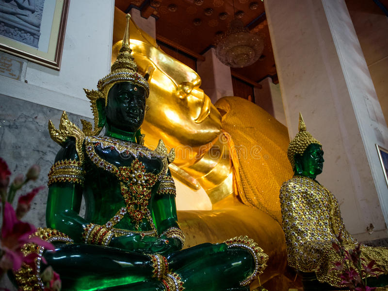 Wat Pranonjaksi, Bouddha étendu, Singburi, Thaïlande photo stock