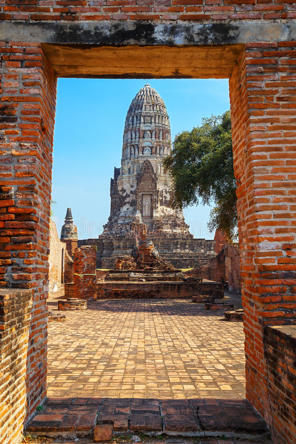 Wat Ratburana Temple no parque histórico de Ayutthaya, Tailândia fotografia de stock royalty free