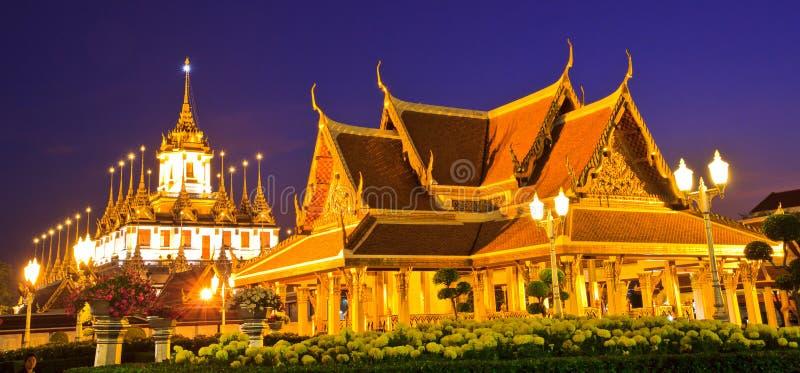 Wat Ratchanaddaram στο ηλιοβασίλεμα στοκ φωτογραφία με δικαίωμα ελεύθερης χρήσης