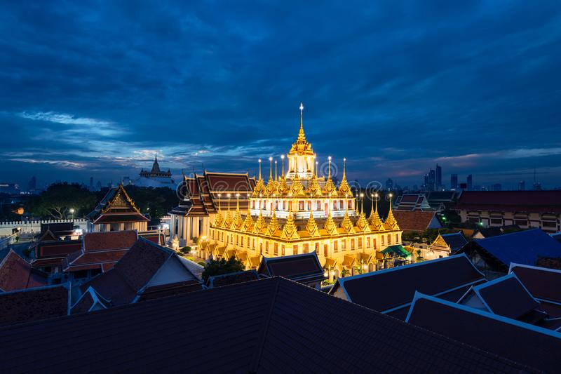 Wat Ratchanatdaram和Loha Prasat在微明、地标和曼谷,泰国著名地方的金属城堡  免版税图库摄影