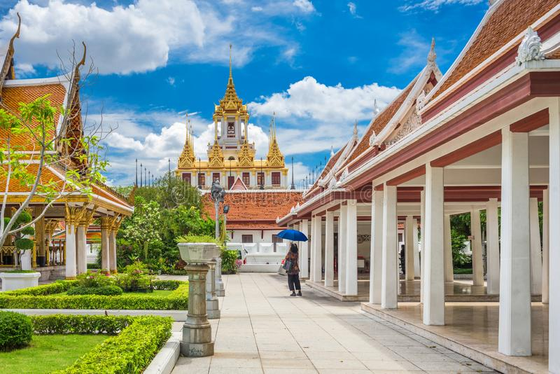 Wat Ratchanatdaram i Bangkok, Thailand royaltyfria foton