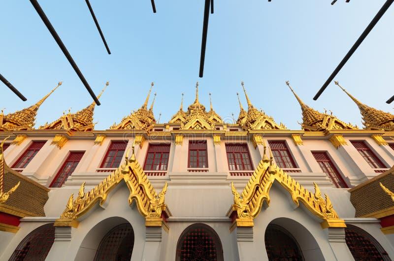 Wat Ratchanatdaram ou Loha Prasat são o templo que público é a maioria de marco do destino do turista em Banguecoque Tailândia foto de stock