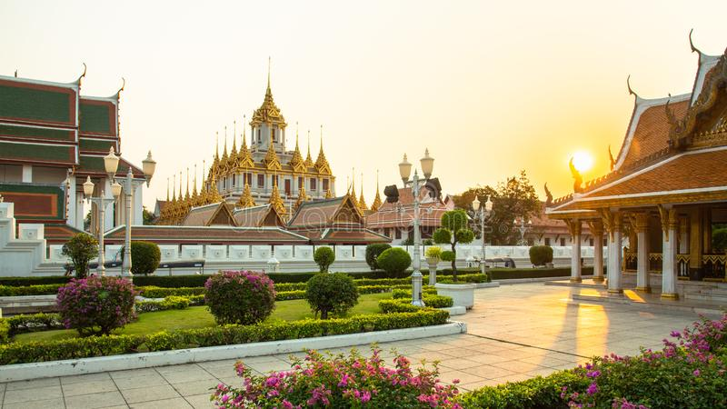 Wat Ratchanatdaram ou Loha Prasat são o templo que público é a maioria de marco do destino do turista em Banguecoque Tailândia fotografia de stock royalty free
