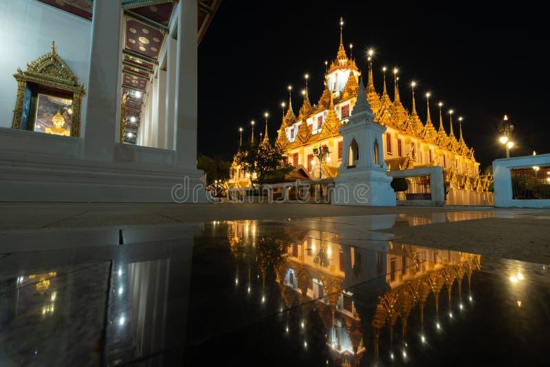 Wat Ratchanatdaram ou Loha Prasat são o templo que público é a maioria de marco do destino do turista em Banguecoque Tailândia fotos de stock royalty free
