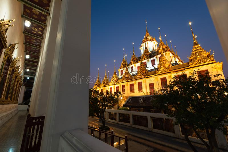 Wat Ratchanatdaram ou Loha Prasat são o templo que público é a maioria de marco do destino do turista em Banguecoque Tailândia fotos de stock