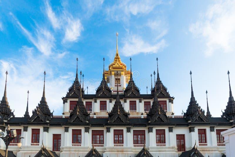 Wat Ratchanatdaram um templo bonito, o templo é o mais conhecido para o Loha Prasat foto de stock royalty free