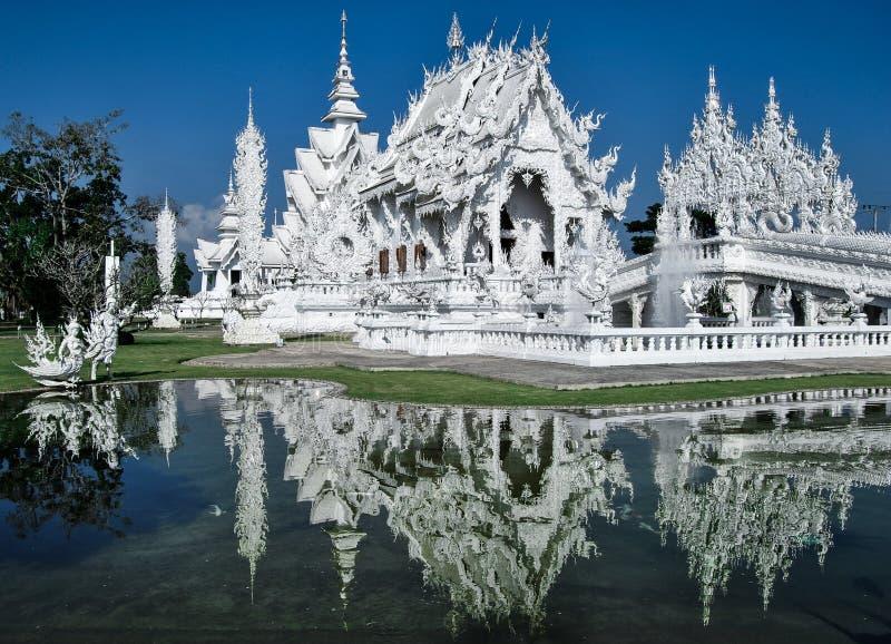 Wat Rong Khun odbija w jeziorze w lustrze jak fotografia royalty free
