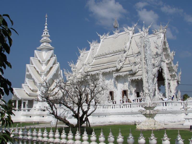 Wat Rong Khun - Seitenansicht weißer Tempel-Chiang Rais lizenzfreie stockfotografie