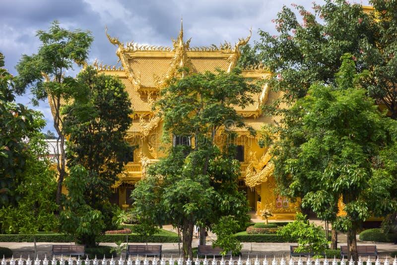 Wat Rong Khun, vista dorata del lavabo fotografie stock libere da diritti