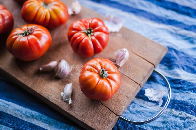 Wat rood tomaten en knoflook royalty-vrije stock afbeelding