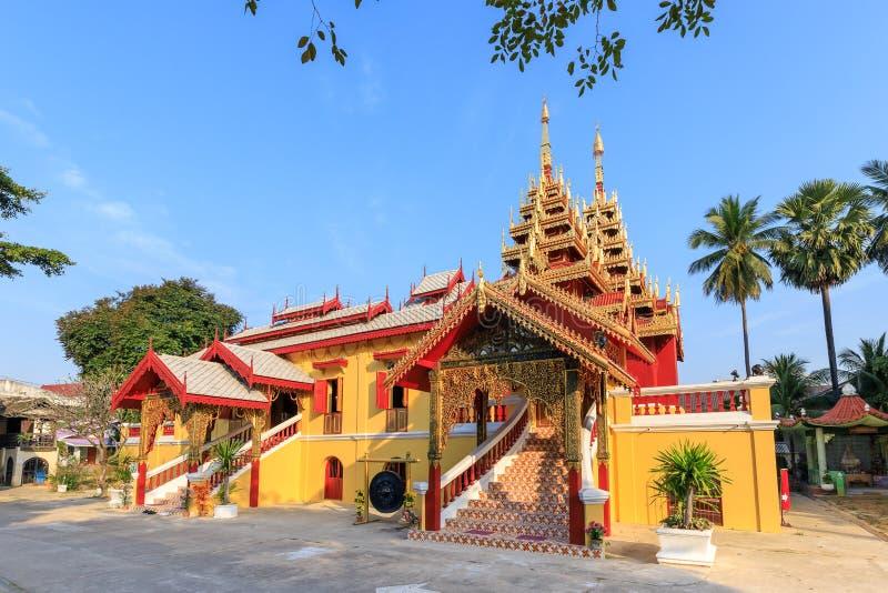 Wat Si Chum tempel, härlig kloster som dekoreras i Myanmar och Lanna stil på Lampang, Thailand fotografering för bildbyråer