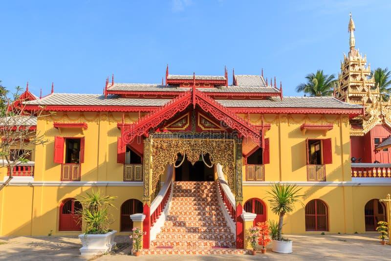 Wat Si Chum tempel, härlig kloster som dekoreras i Myanmar och Lanna stil på Lampang, Thailand royaltyfri bild
