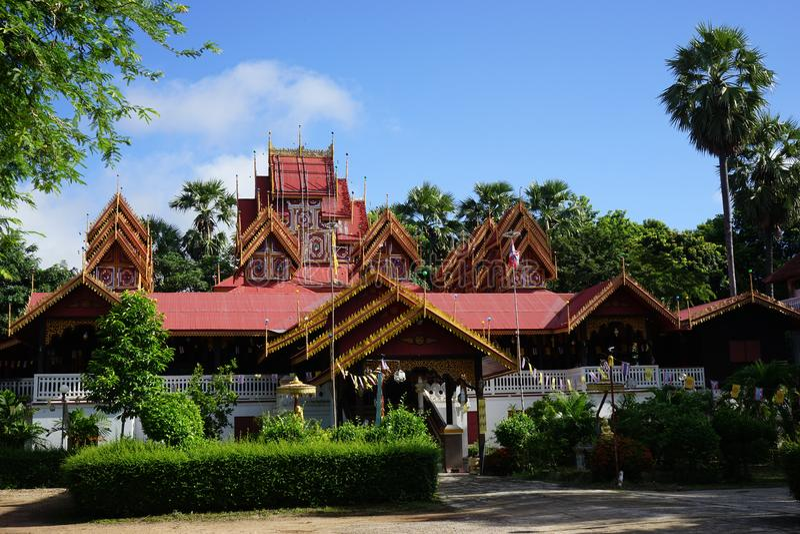 Wat Sri Rong Muang Lampang Thailand timmerarkitektur royaltyfri fotografi