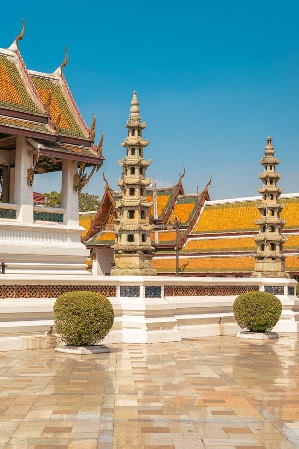 Wat Suthat, koninklijke tempel bij de Reuzeschommeling in Bangkok in Thailand stock afbeeldingen
